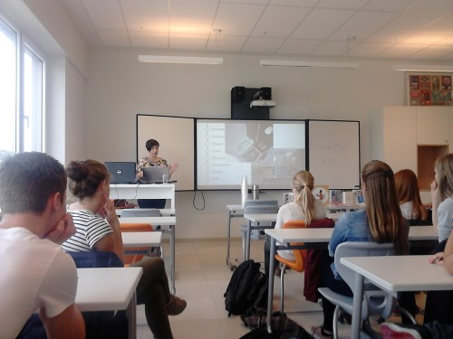 Oud-leerlinge Agnetencollege geeft les over Japan