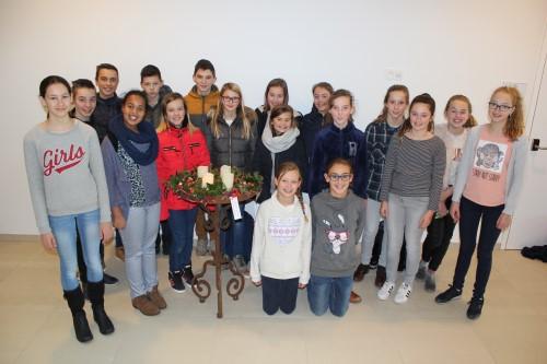 Leerlingen maken adventskrans