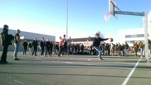 Rune en meneer Scheelen winnen basket shoot-out