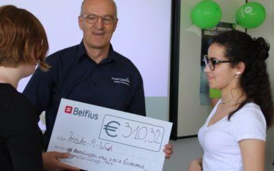 Agnetencollege schenkt €310,32 aan Make-A-Wish en krijgt een muurbordje van Wereldwinkel op School