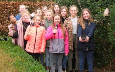 Leerlingen Groen-Atelier vermeerderen kiwiplanten